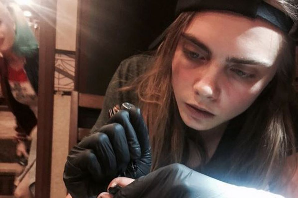 Auch Cara Delevingne versucht sich als Tätowierer.