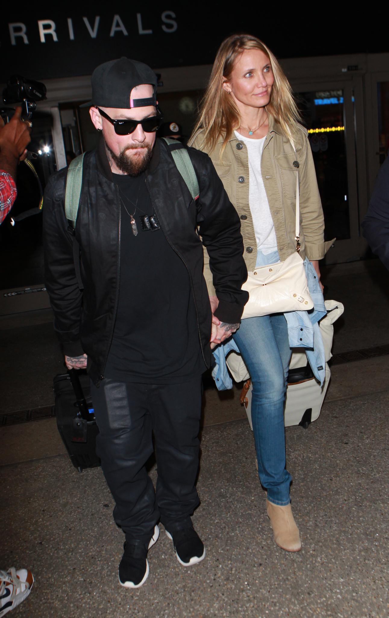 Benji Madden und Cameron Diaz am Flughafen von Los Angeles: Versteckt sie hier ihren Babybauch?
