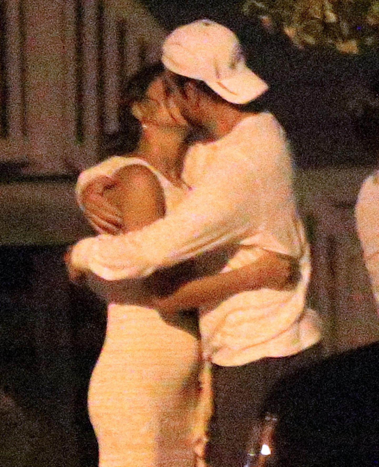 Model Irina Shayk und Schauspieler Bradley Cooper knutschen verliebt. Dabei wölbt sich Irinas Bäuchlein sehr auffällig