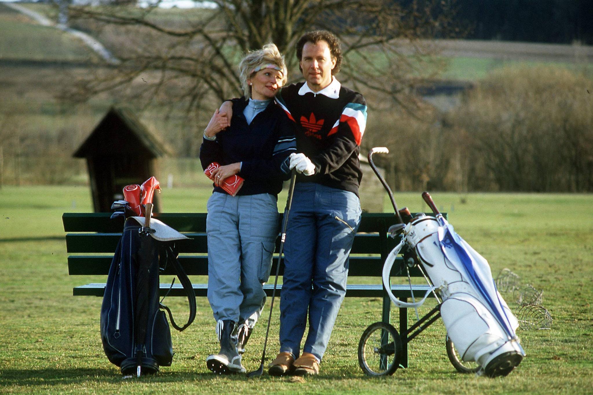 Franz Beckenbauer und seine ehemalige Freundin Diana Sandmann relaxen beim Golfen an einer Parkbank