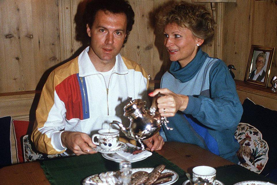 Franz Beckenbauer und seine ehemalige Freundin Diana Sandmann gemütlich bei Kaffee und Lebkuchen