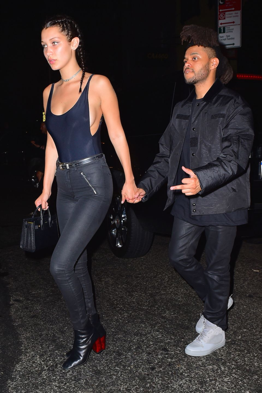 Bella Hadid und The Weeknd verlassen Händchen haltend einen New Yorker Nachtklub.