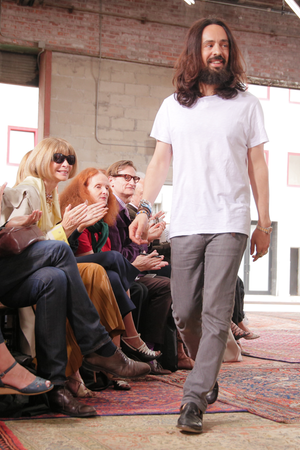 Alessandro Michele ist seit Januar Gucci-Kreativdirektor – früher arbeitete er in der Accessoires-Abteilung der Firma. Hier bejubelt Anna Wintour den hippen Hippie