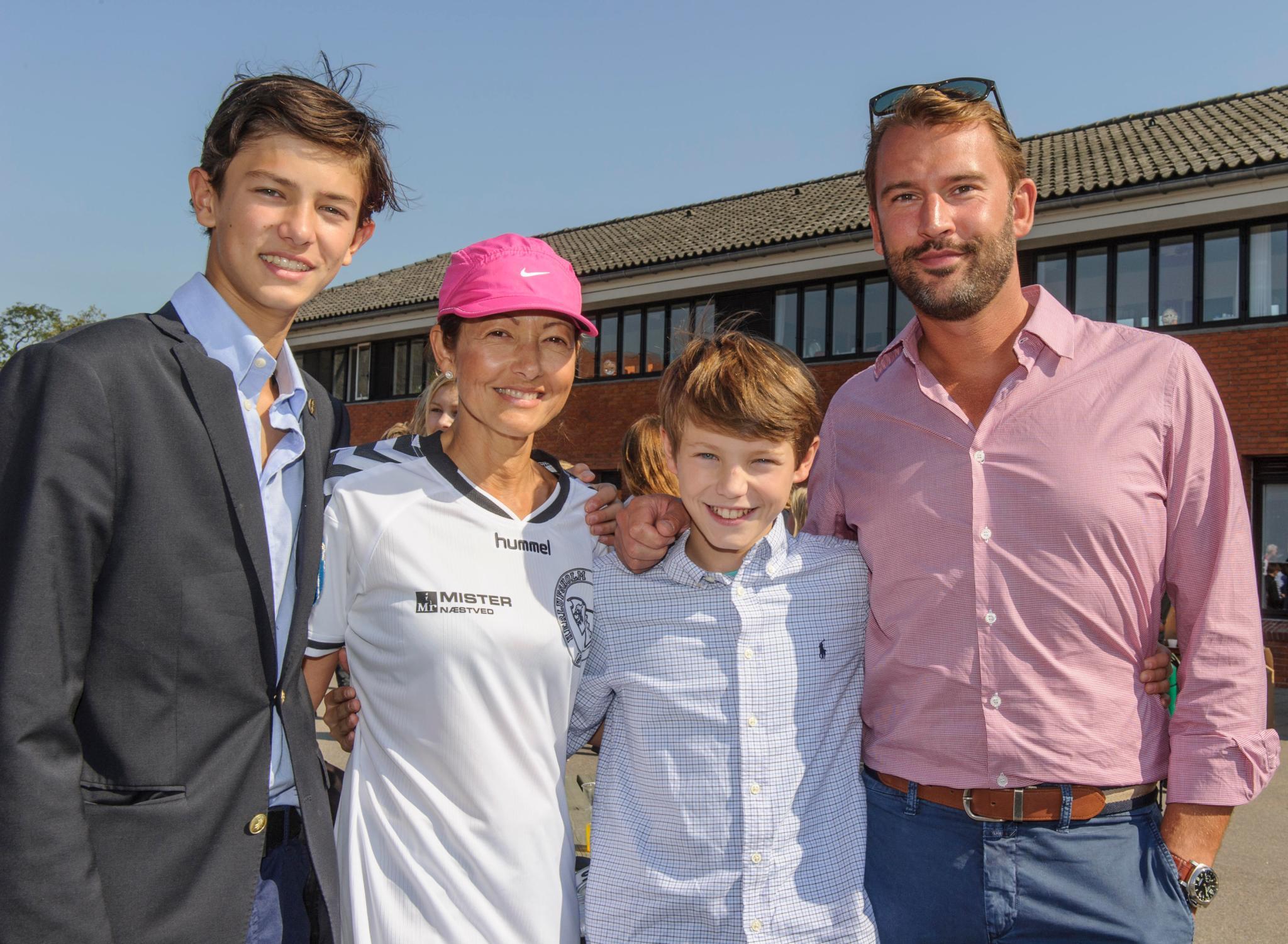 Nikolai und Felix mit ihrer Mutter Alexandra und ihrem Ersatzvater Martin Jørgensen 2014. Das Quartett zeigte sich bislang immer strahlend.