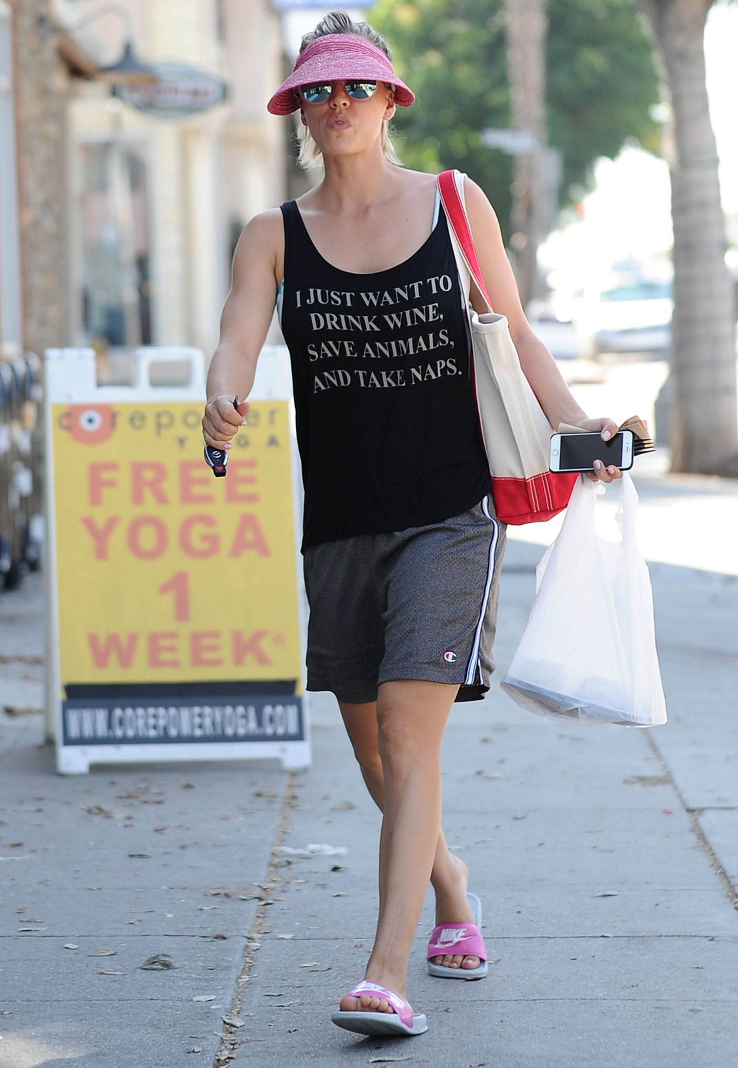 """Ebenso lässig wie ihr Outfit ist auch die Aussage des Motto-Shirts, das Kaley Cuoco beim Bummel durch Los Angeles trägt. """"Ich will einfach nur Wein trinken, Tiere retten und Nickerchen machen"""", steht in weißer Schrift darauf."""