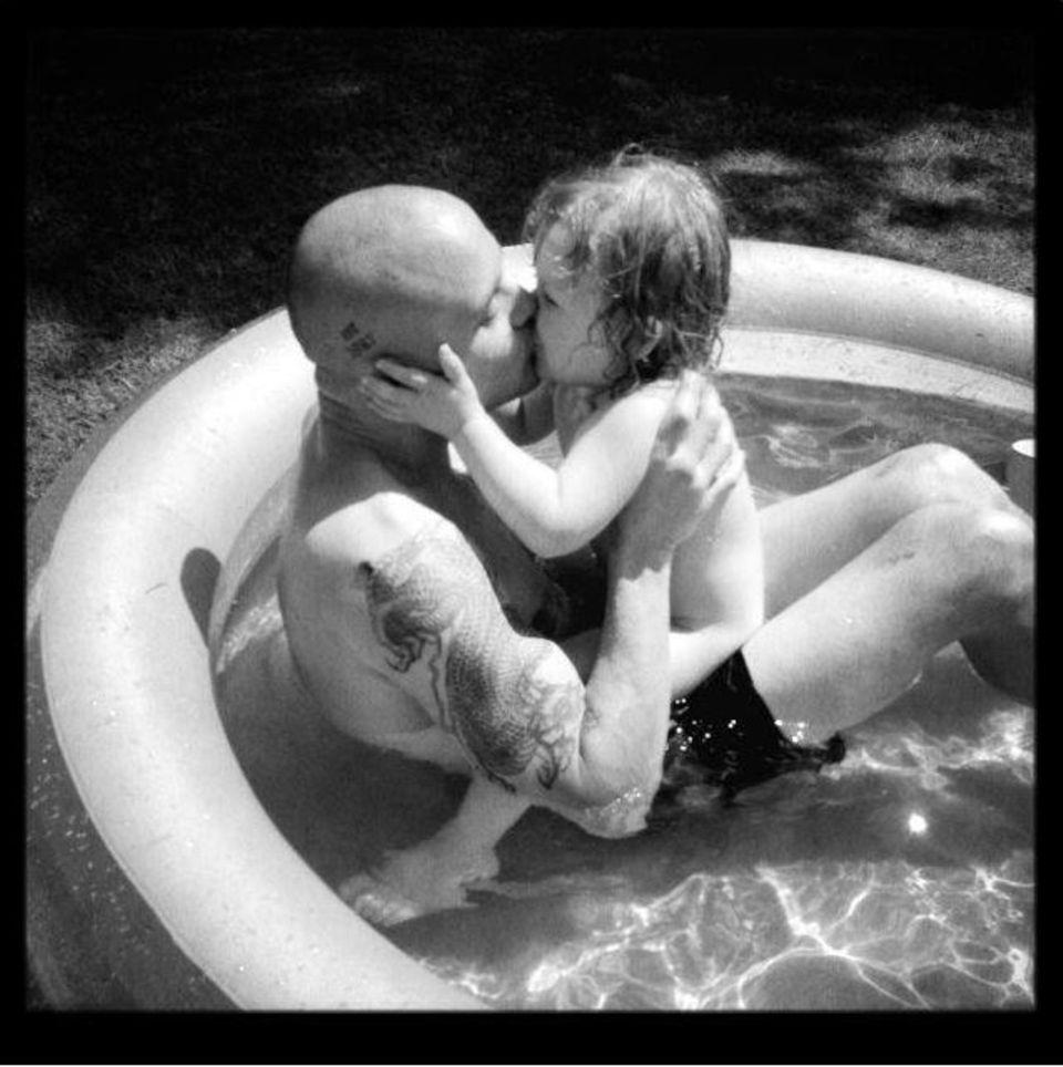 Die kleine Morgan ist der ganze Stolz von Joshua Herdman. Für sie planscht er sogar in einem Kinder-Pool.
