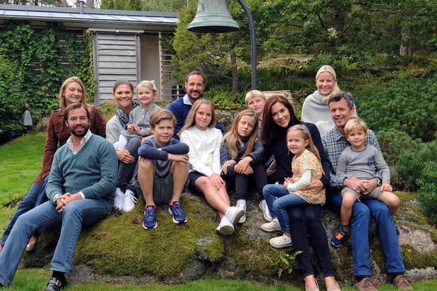 Von links: Erbgroßherzogin Stéphanie, Erbgroßherzog Guillaume, Prinzessin Victoria (mit Prinzessin Estelle), Prinz Christian, Prinz Haakon, Prinzessin Ingrid Alexandra, Prinzessin Isabella, Prinz Sverre Magnus, Prinzessin Mary (mit Prinzessin Josephine), Prinzessin Mette-Marit und Prinz Frederik (mit Prinz Vincent).