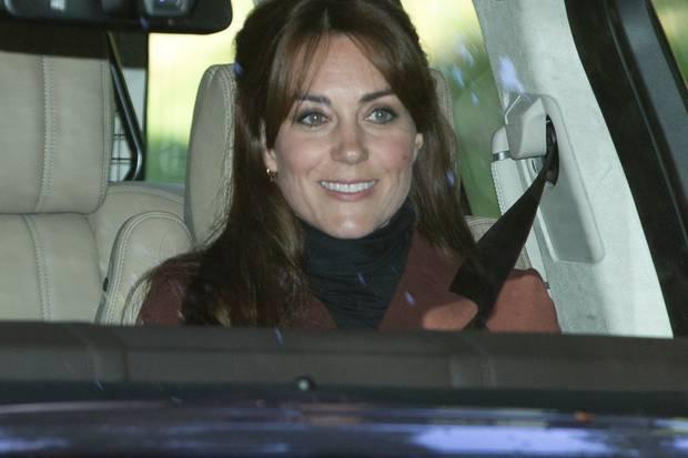 Herzogin Catherine fährt mit neuer Frisur zum Gottesdienst.