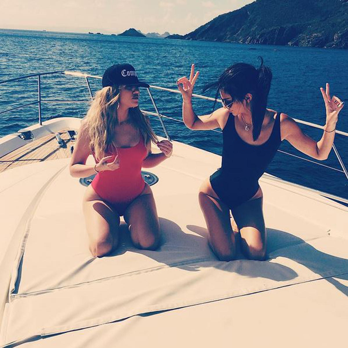 Die Social-Media-Profis Khloé Kardashian und Kendall Jenner wissen natürlich wie man den Trend richtig umsetzt.