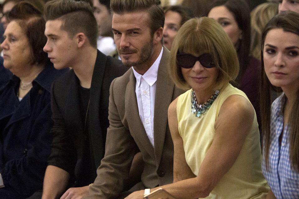 """Familienunterstützung für Victoria Beckham in der prominent-besetzten """"Front Row"""" ihrer Show auf der Fashion Week in New York (von links nach rechts): Die Urmutter der internationalen Fashionkritikerinnen Suzy Menkes, Brooklyn und David Beckham, die Chefredakteurin der US-Vogue Anna Wintour und ihre Tochter, die Journalistin Bee Shaffer."""