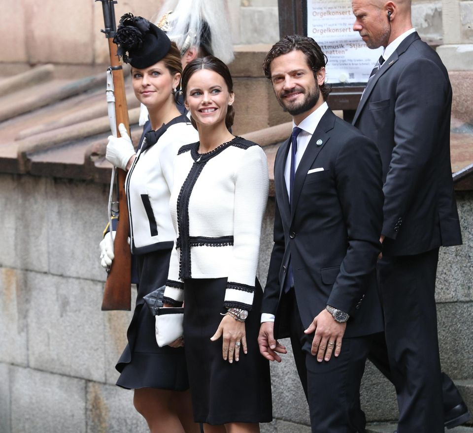 Prinzessin Madeleine kam aus London angereist, Neu-Prinzessin Sofia und Prinz Carl Philip absolvierten lächelnd und gut gelaunt diesen Termin, der jedes Jahr fest in den Kalender der Königsfamilie eingeplant ist.