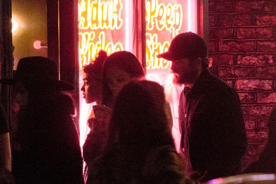 Robert Pattinson mit seiner Freundin Fka twigs vor einem Laden im Londoner Stadtteil Soho, der eindeutig nach Peepshow aussieht