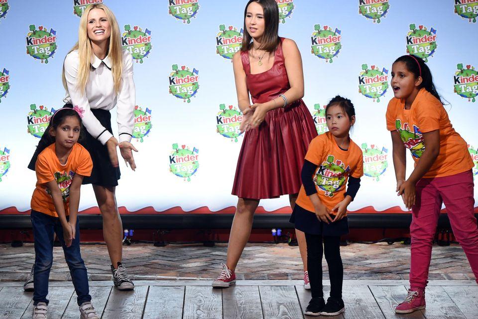 """Michelle Hunziiker und ihre Tochter Aurora üben mit einigen Kids eine Tanzchoreografie beim """"Kindertag"""" im Karls Erlebnis-Dorf"""