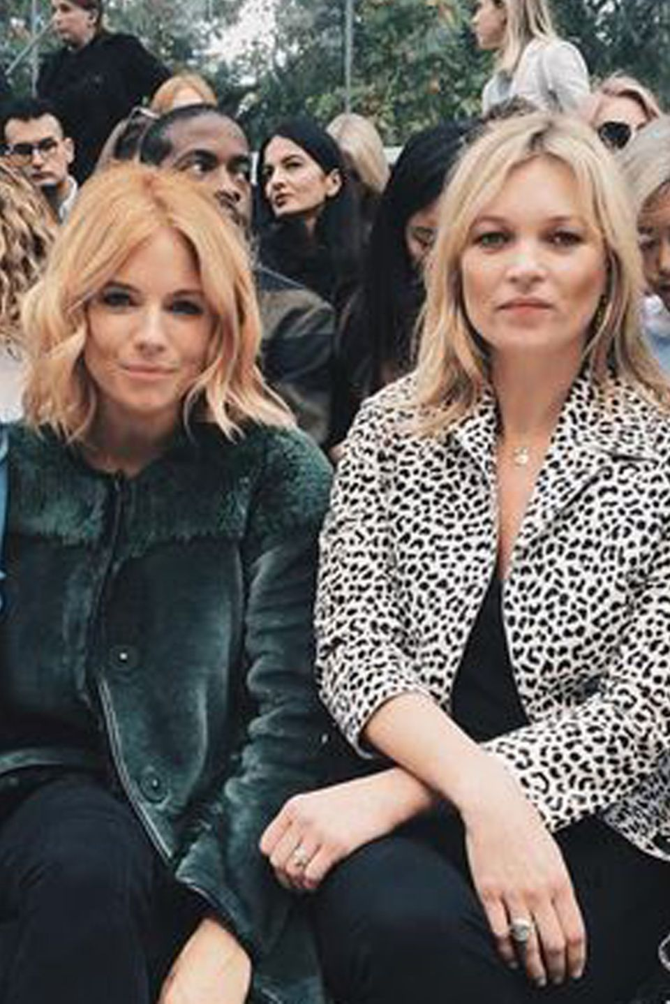"""Die volle Ladung """"Britain Power"""" in der Frontrow bei Burberry: Suki Waterhouse, Sienna Miller, Kate Moss und Cara Delevingne (von links)."""