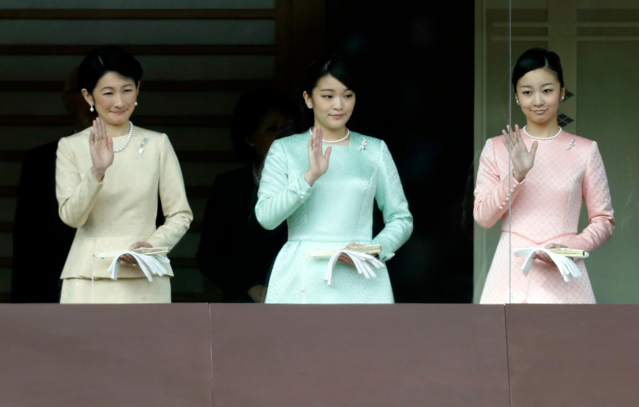 Typisches Bild: Prinzessin Mako und ihre Schwester Kako (rechts) zeigen sich gemeinsam mit ihrer Mutter Kiko auf dem Balkon des kaiserlichen Palastes. Bei solchen Auftritten jubeln Tausende der Familie des Tenno zu.