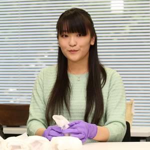 Bei einem Pressetermin zeigt sich Prinzessin Mako (mit ihrer Professorin) als eifrige Studentin in Leicester.
