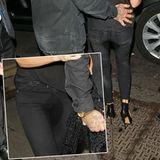 Der nasse Fleck ist nicht nur in Victoria Beckhams Schoß deutlich zu sehen. Auch von hinten scheint die Skinny Jeans nicht ganz trocken geblieben zu sein.