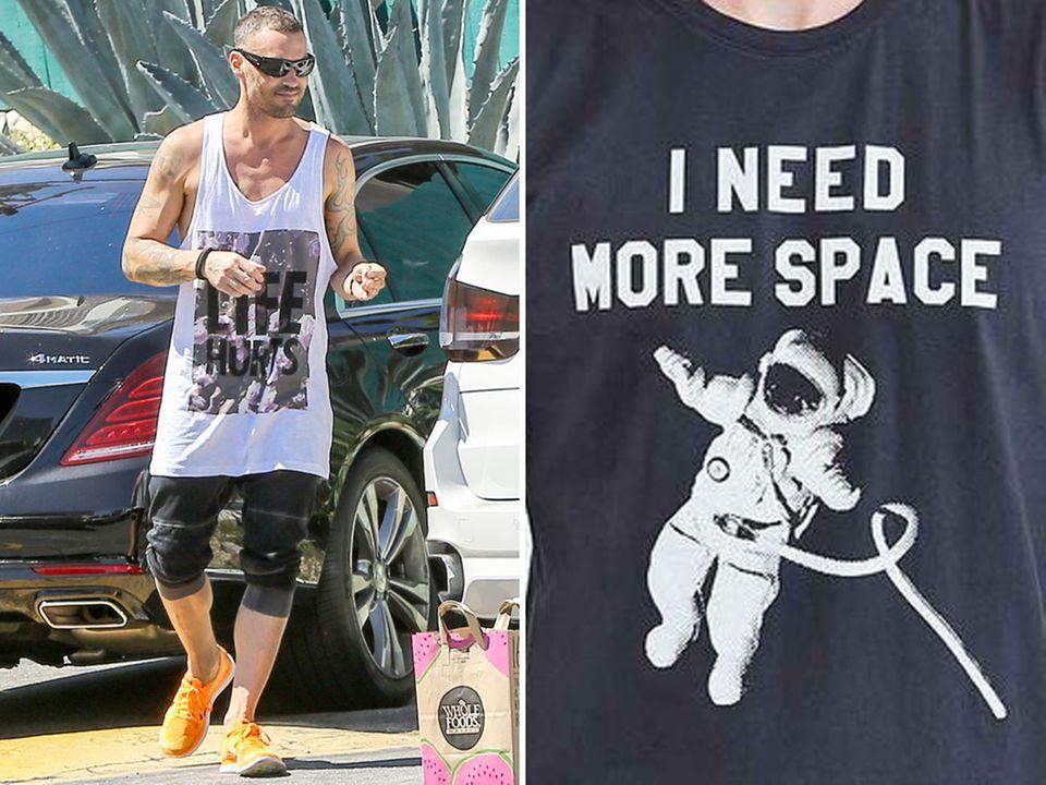 """Foto links: Brian Austin Green trägt sein """"Life Hurts""""-Tank spazieren. Foto rechts: Dieses T-Shirt kombiniert Megan Fox zu einer gemusterten Leggings mit Reptilien- und Streifenprint."""