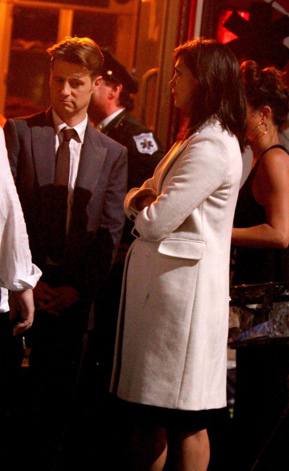 """Morena Baccarin zeigt am """"Gotham""""-Set schon ihren deutlichen Babybauch."""