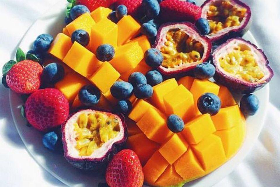Die Vitambombe für zwischendurch: Mangos, Erdbeeren, Blaubeeren oder exotische Früchte sind ein gesunder und leckerer Snack.