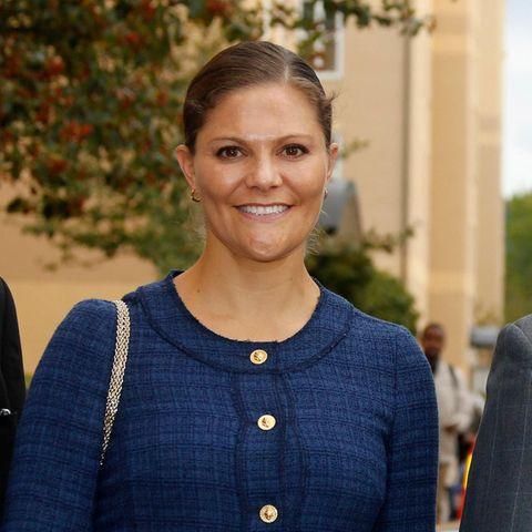 Prinzessin Victoria zeigt sich bei einem Besuch mit deutlich gewachsenem Babybauch an der Seite von König Carl Gustaf.