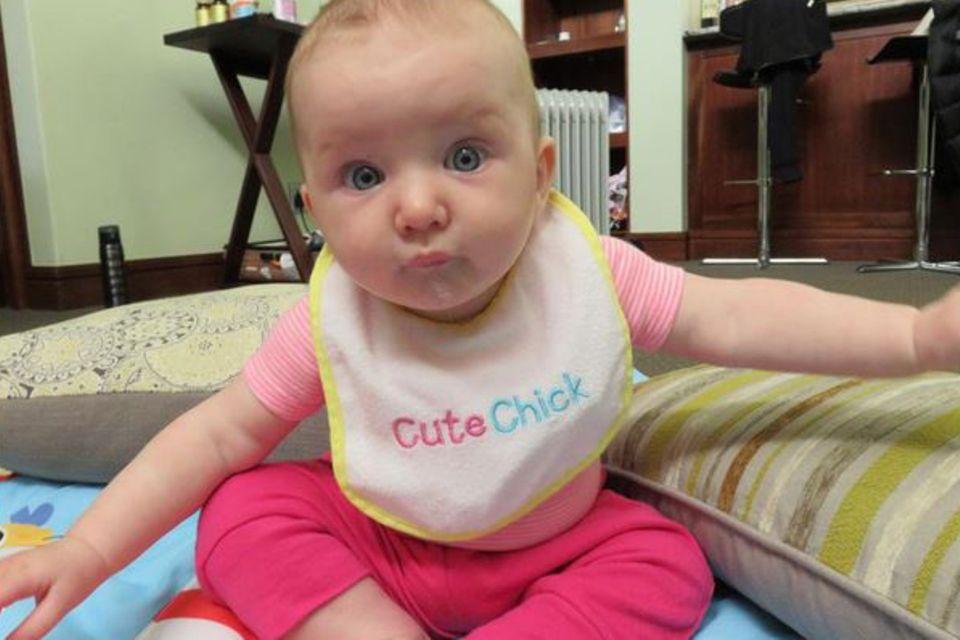 """Mommy's little """"Cute Chick"""": Die kleine Dashiel Edan erfreut ihre Mama Milla Jovovich nun schon seit einem halben Jahr."""