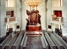 Der Boden der Kirche wurde aus Sandstein von der Insel Öland gefertigt, das Altarbild stammt von Hofmaler G.E. Schröder.