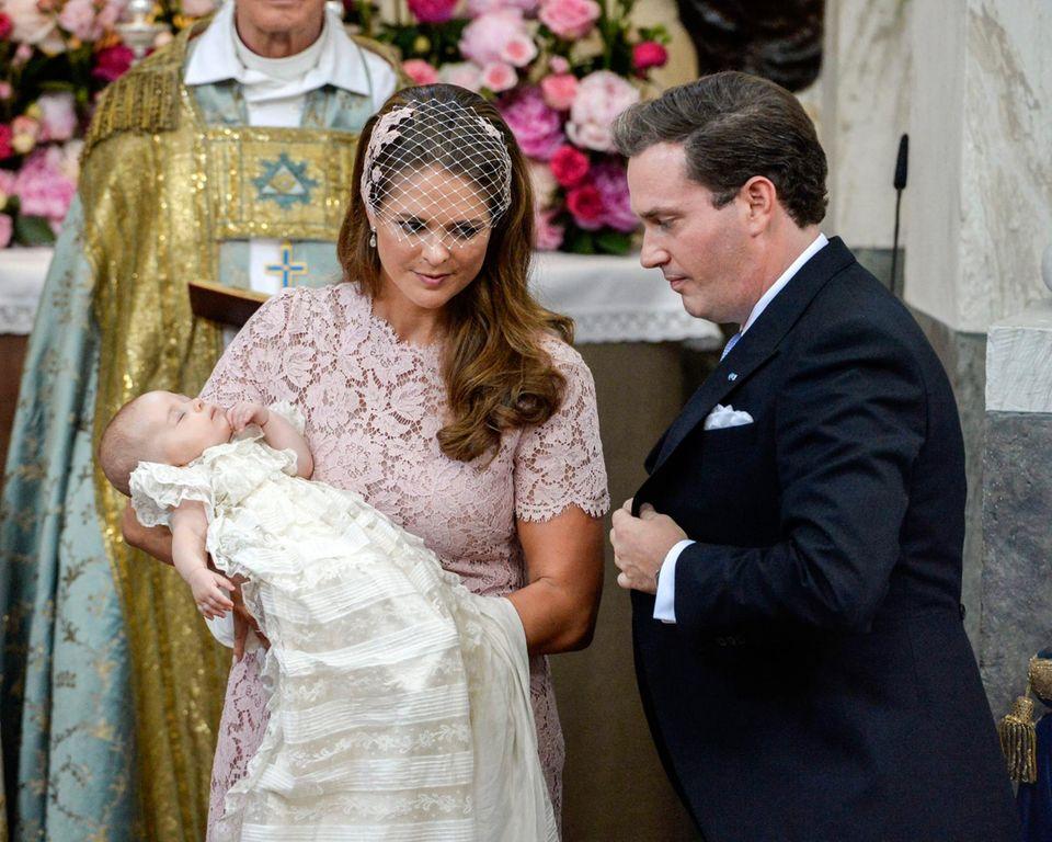 Prinzessin Leonore verschläft 2014 ihre Taufe - und damit ihren Auftritt im historischen Taufkleid - weitgehend.