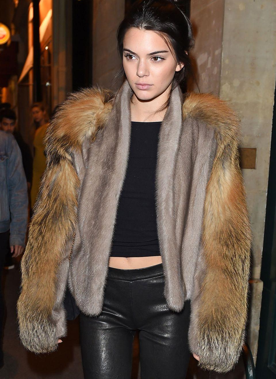 Nach dem Dinner in Paris trägt Kendall den kompletten Fuchspelz und bringt sich damit in die Kritik.