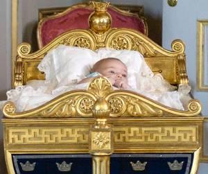 Prinzessin Leonore liegt während des Empfanges im Schloss in einer reich verzierten, barocken Wiege - das ist Tradition im schwedischen Königshaus.