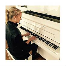 """""""Here it is... My new love of my life"""", schreibt Lena Gercke zu diesem Foto, das sie - mit drei Herz-Emojis gespickt - auf Instagram postet."""