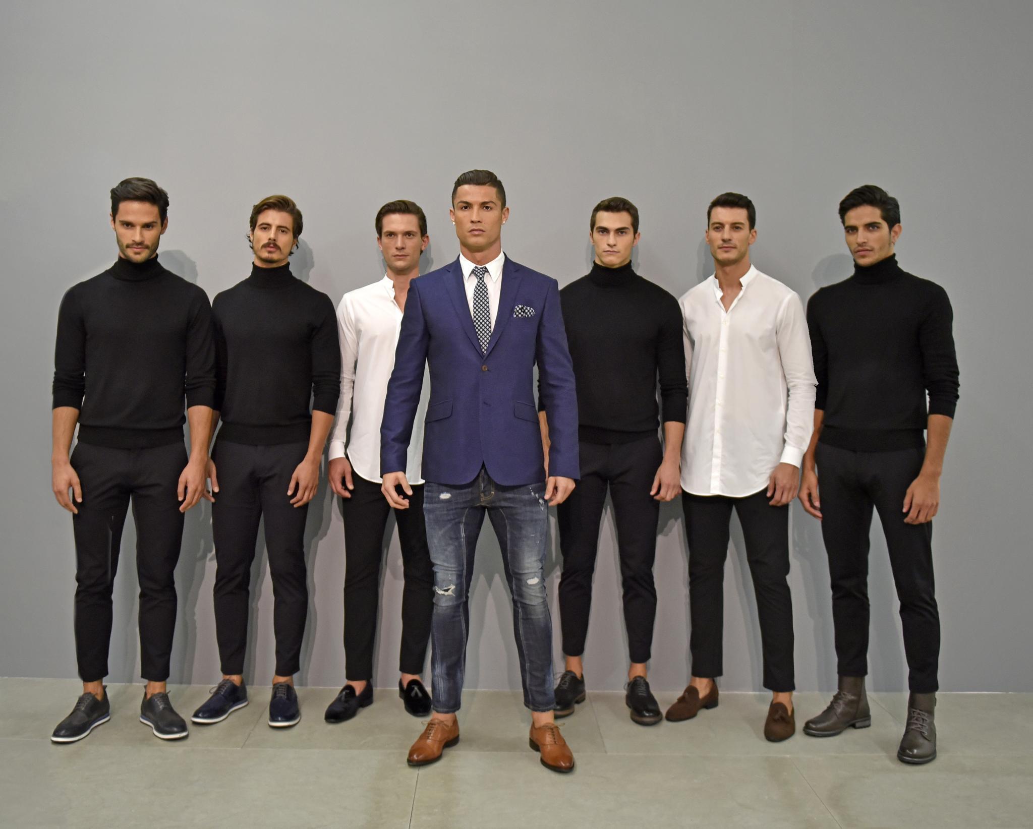 """Brust raus, Bauch rein: Cristiano Ronaldo bei der Präsentation der neuen Schuhkollektion für """"CR7"""" inmitten seiner Models."""