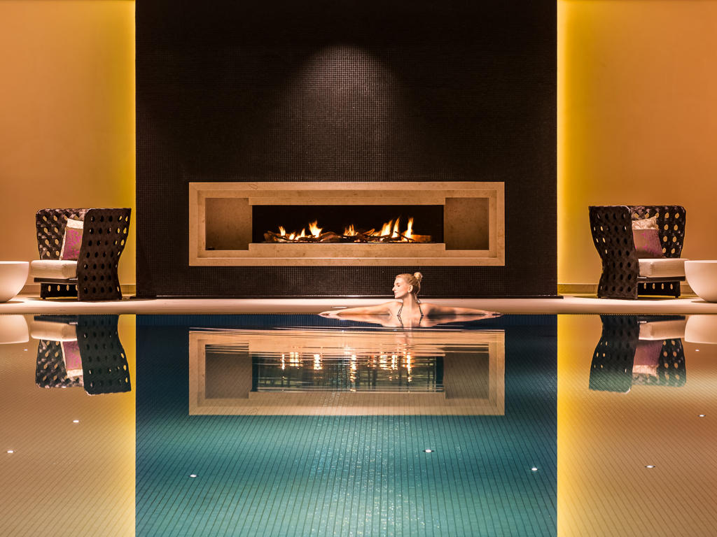 Das im Friesenstil erbaute Severin's Resort & Spa setzt neue Wohlfühlmaßstäbe auf Sylt. Am 16 mal 9 Meter großen Schwimmbecken brennt ein gemütliches Kaminfeuer. Nach den Anwendungen lädt ein stylisher Ruhebereich zum Verweilen ein
