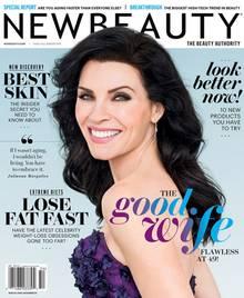 """Julianna Margulies ist nun fast 50 und eine coole Cover-Schönheit auf der """"NewBeauty"""": Sonnenschutz ist ihr Beauty-Geheimnis für ihre schöne Haut - und keine Panik vor dem Altern zu schieben."""