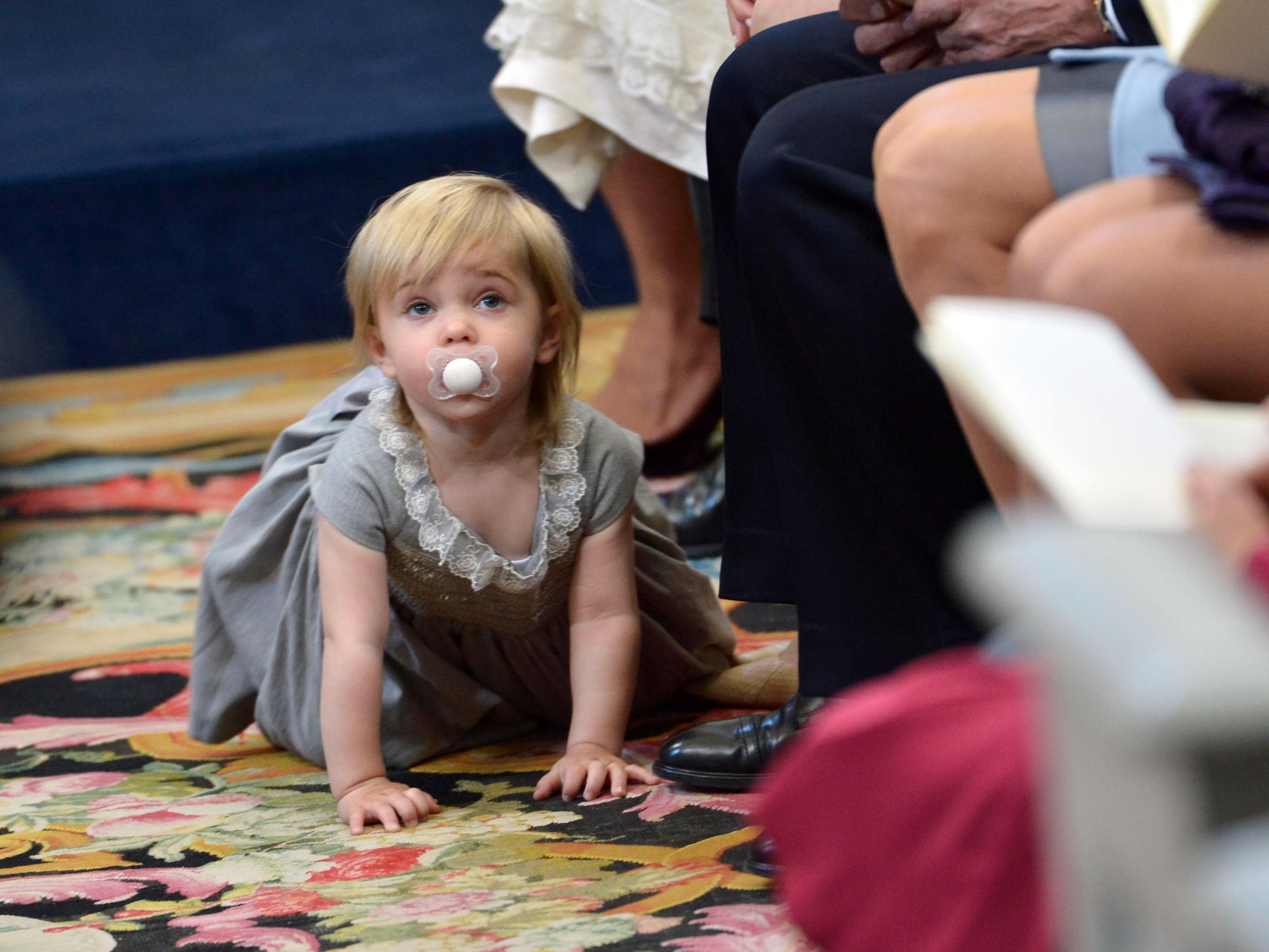 Heute steht ihr Bruder im Mittelpunkt. Aber Prinzessin Leonore nimmt es gelassen und erkundet lieber die Kirche.