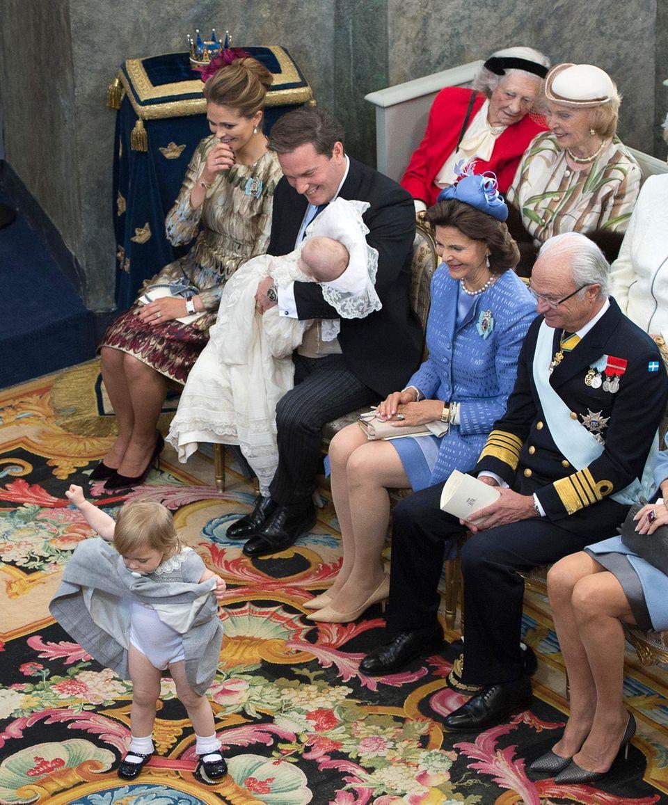 Prinzessin Leonore wagt eine kleine Tanzeinlage und zeigt nicht nur viel Bein ...