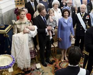 Prinz Nicolas, auf dem Arm von Mama Madeleine, ist noch ganz still. Seine Schwester Leonore schaut noch ein wenig schüchtern umher.