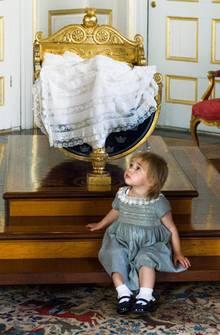 Prinzessin Leonore posiert vor der Wiege, in der gleich Prinz Nicolas liegen wird. Hier haben schon viele königliche Babys geschlummert.