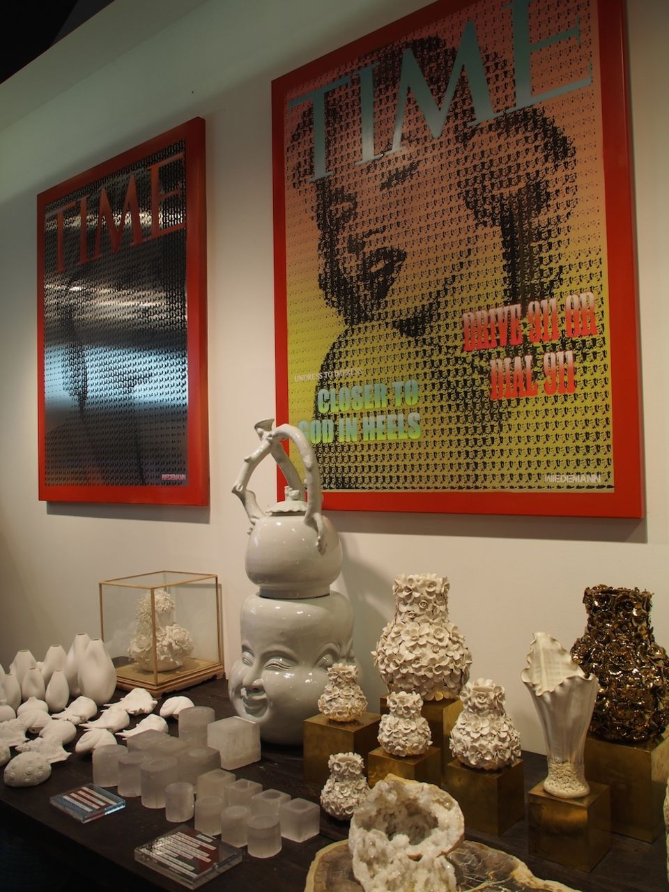 Werke von Maximilian Wiedemann, die in der Boutique von Kamyar Moghadam ausgestellt werden.