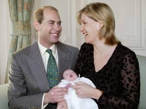 Lady Louise mit wenigen Wochen an ihrem ersten Weihnachtsfest 2003: Die Kleine kam am 8. November als Frühgeburt und per Notkaiserschnitt auf die Welt.