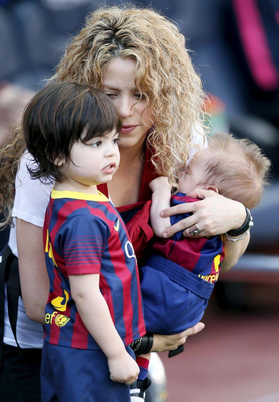 Super-Mama Shakira und ihre beiden Söhne drücken Papa die Daumen beim Fußballspiel.