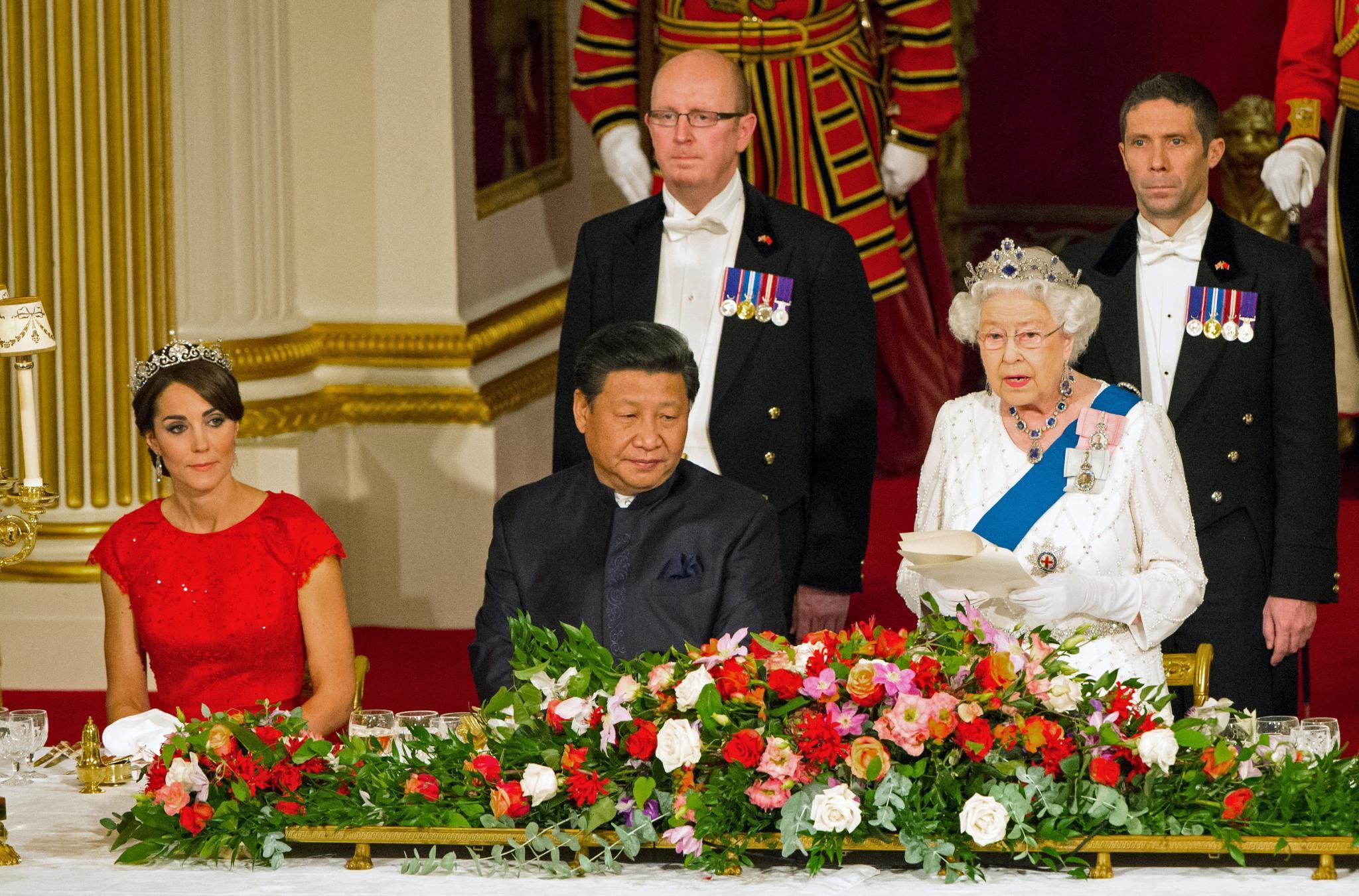 Herzogin Catherine sitzt an der Seite des chinesischen Präsidenten und wirkt ein wenig angespannt.