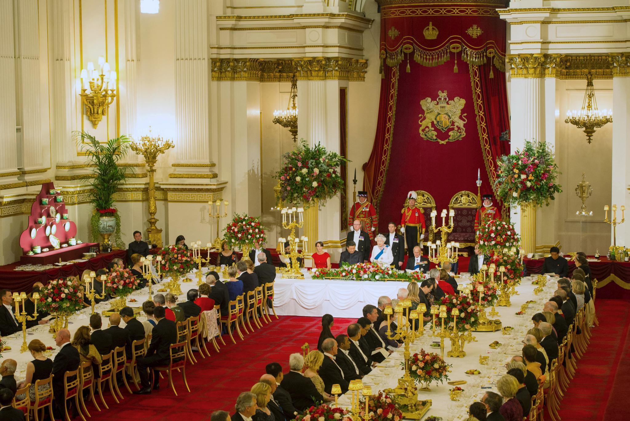 """Der Ballsaal von """"Buckingham Palace"""" ist prächtig hergerichtet, um die rund 170 Gäste mit royalem Pomp zu empfangen."""
