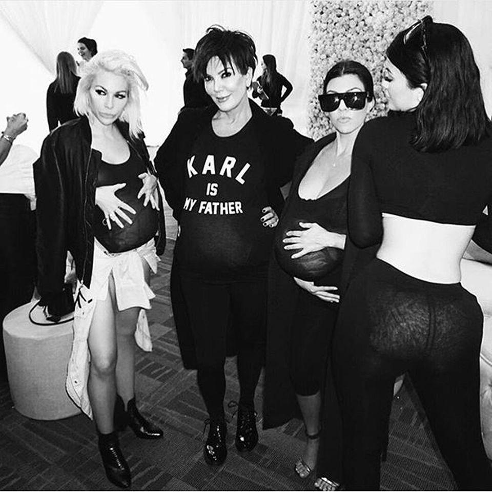 Kourtney Kardashian, Kris Jenner und Kardashian-Stylistin Joyce Bonelli zeigen gern ihre falschen Babybäuche. Kylie ist da schüchterner.