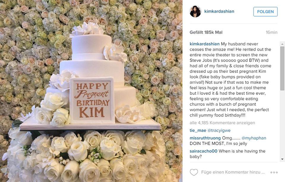 Kims Geburtstagstorte erinnert mit der Weiße-Rosen-Deko an ihre Hochzeit.
