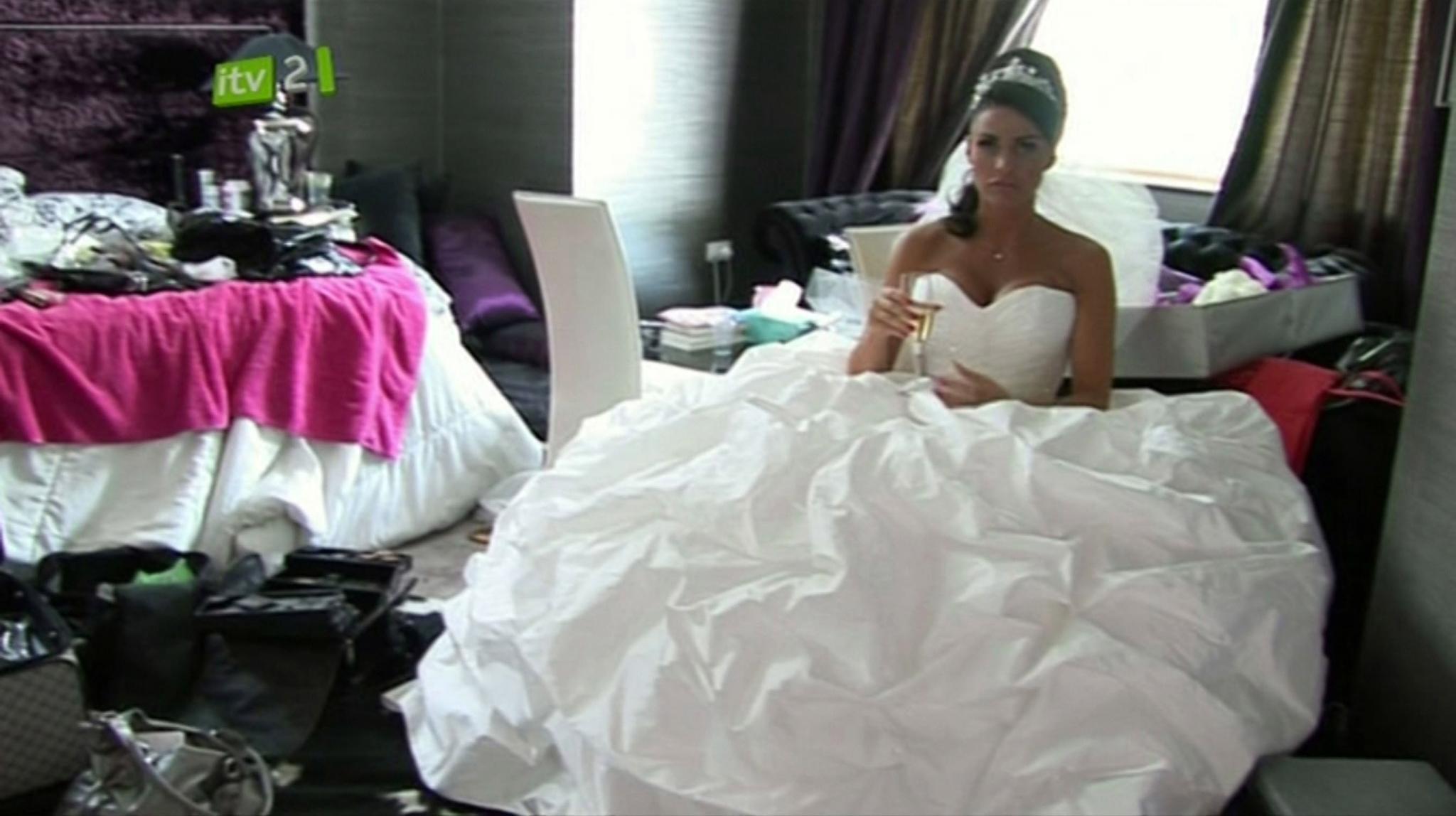 Die britische Entertainerin Katie Price trat nicht nur einmal, sondern gleich dreimal vor den Traualtar. Bei ihrer Hochzeit mit Ehemann Nr. 2, dem Kampfsportler Alex Reid, entschied sie sich für dieses Sahnebaiser-ähnliche Brautkleid. Die Zeremonie in Las Vegas wurde von einem britischen TV-Sender begleitet.