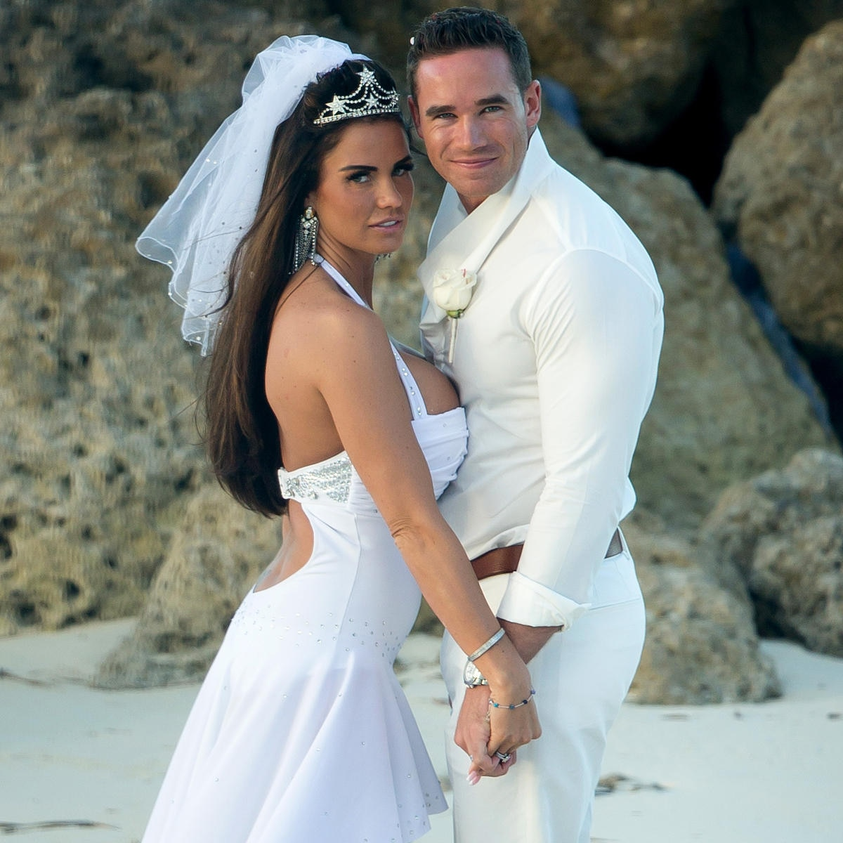 Trash-Couture am Strand: Katie Price mit Stripper-Ehemann Kieran Hayler bei ihrer Hochzeit auf den Bahamas.