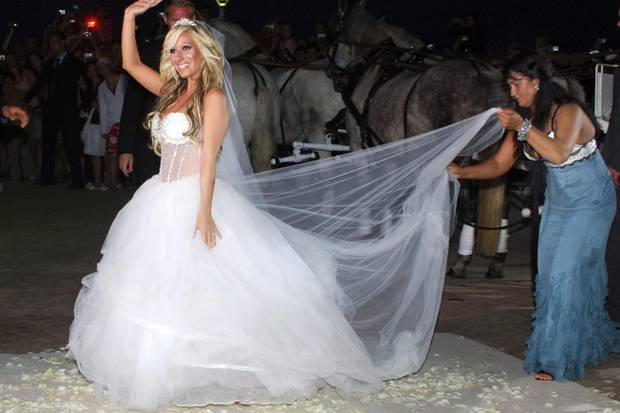 """Eine Tüll-Prinzessin: Gülcan heiratete ihren Mann Sebastian Kamps im August 2007 live im TV. Die Doku-Soap """"Gülcans Traumhochzeit"""" wurde mit der Übertragung der Hochzeit abgeschlossen."""