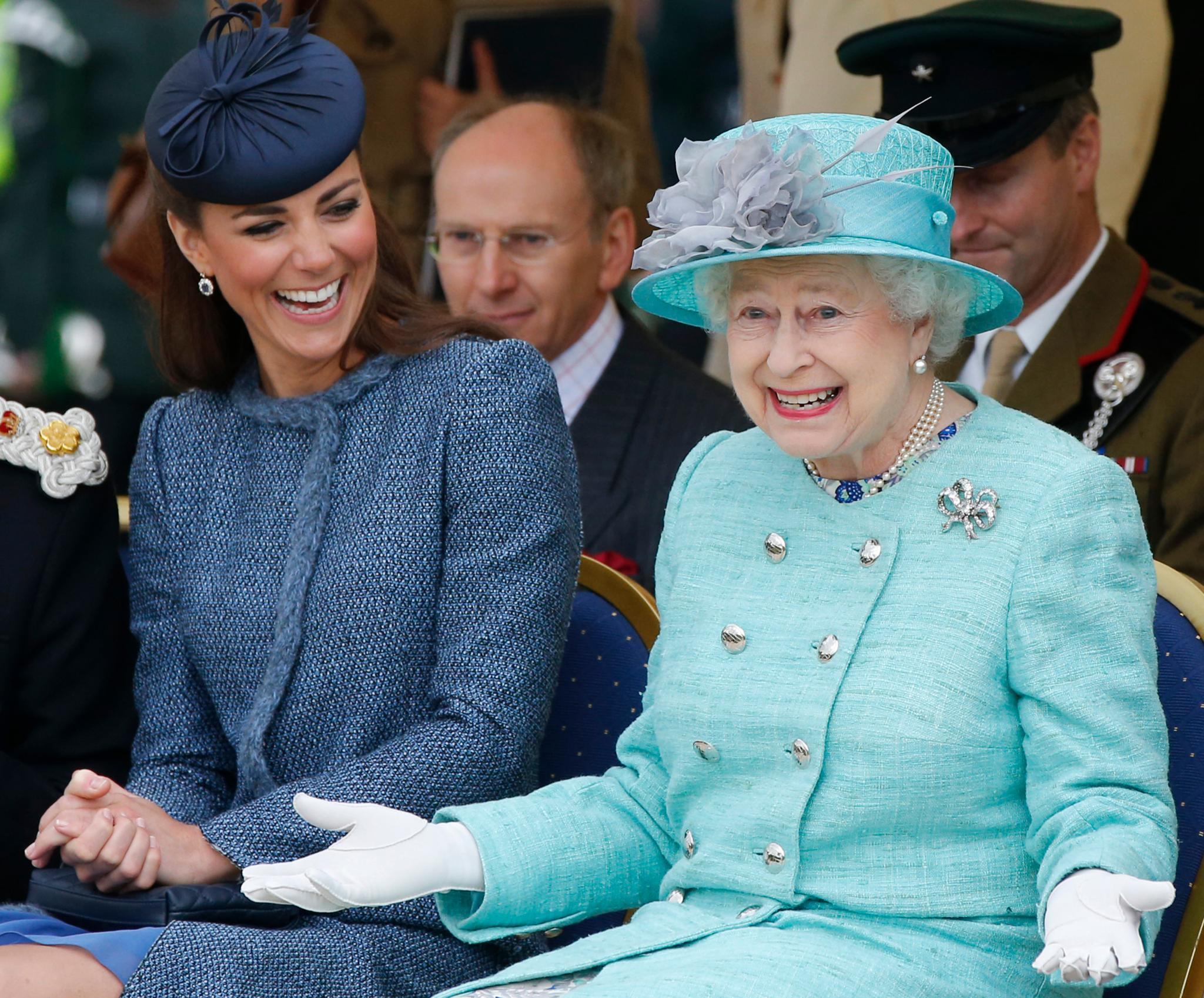 Bei der sympathischen Kate taut die sonst eher strenge Queen auf.