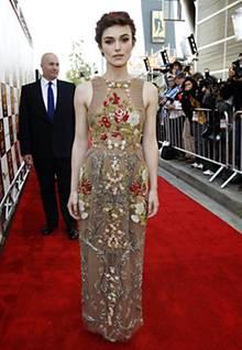 """Keira Knightley wirkt in ihrem reich mit floralen Motiven bestickten Abendkleid bei der Premiere von """"Seeking a Friend for the E"""